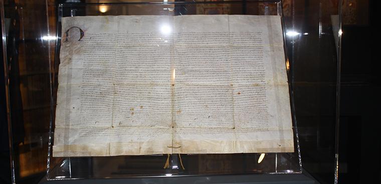 Museo de la Seda expone el Privilegio de Fernando II, de 1479, que elevó el oficio de Velluters a Arte